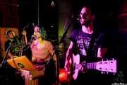 """Pablo Álvarez -contrabajo-, Xandra de la Vega -voz, ukelele y xilofón- y Guillermo Santibáñez """"Will"""" -guitarra. banjo, voz- de Mud Candies (Nave 9 (Museo marítimo), Bilbao, 2019)"""