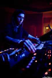 Luis Maria Ducasse, secuenciadores, drum machines, efectos (Kafe Antzokia, Bilbao, 2019)