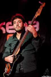 Nico Fami, guitarrista y bajista con  Tail Dragger (Sala Azkena, Bilbao, 2019)