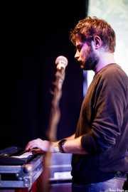 Abel Maregil, guitarrista y teclista de Dinamita Brother (Hika Ateneo, Bilbao, 2019)