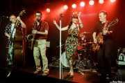 Dabid Martín -contrabajo-, Willy Calambres -saxo-, Micky Paiano -cantante-, Iván Ted -batería- y Carlos Beltrán -guitarra- de Micky & The Buzz (Kafe Antzokia, Bilbao, 2019)