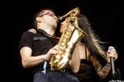 Willy Calambres -saxo- y Micky Paiano -voz- de Micky & The Buzz (Azkena Rock Festival, Vitoria-Gasteiz, 2019)