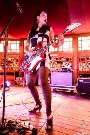 Flavia Couri, cantante y guitarrista de The Courettes (Azkena Rock Festival, Vitoria-Gasteiz, 2019)