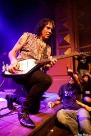 Rudi Protrudi, cantante, armonicista y guitarrista de The Fuzztones (Kafe Antzokia, Bilbao, 2019)