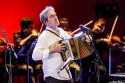 Josu Zabala, trikitrixa, teclista y acordeonista de Hertzainak. Josu Zabala & Gari con Et Incarnatus Orkestra (Palacio Euskaduna Jauregia, Bilbao, 2019)
