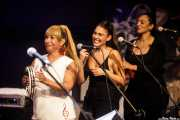 Yvonne Nitollano -voz corista-, Carolina Garcia -voz corista- y Mayka Edjole -voz corista- de Joe Bataan (Kafe Antzokia, Bilbao, 2019)
