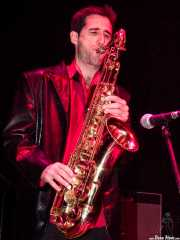 Joe González, saxofonista de Atom Rhumba (Kafe Antzokia, Bilbao, 2003)