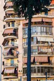 Edificio con toldos en Tirana, Albania