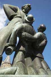 Escultura a la entrada del castillo Het Steen, Amberes (Bélgica)
