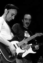 """Adolfo """"Fito"""" Cabrales -voz y guitarra- y José Alberto Batiz -guitarra- de Fito y Fitipaldis (Kafe Antzokia, Bilbao, )"""