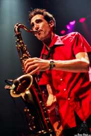 Joe González, saxofonista de Josetxo Anitua & Atom Rhumba (Kafe Antzokia, Bilbao, )