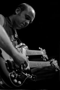 Deke Dickerson con guitarra de doble mastil en Bilborock (In Focus 03, 2001)