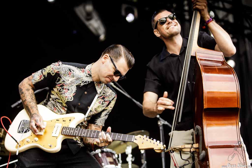 Pat Capocci -voz y guitarra- y Clark Kenis -contrabajo- (Azkena Rock Festival 2017)
