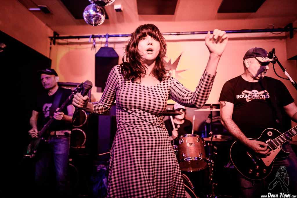 "Borja ""Presi"" Mussons -bajo-, Beatriz Catalán -voz-, George ""Huracán"" Hernández -batería- e Iñigo ""Kanijo"" Hernández -guitarra- de The Ribbons (Shake!, Bilbao, 2017)"
