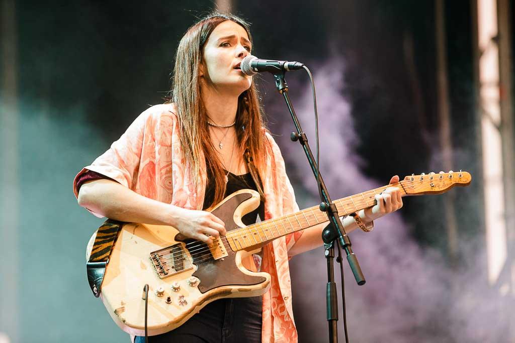 Amaia Tirapu, cantante, guitarrista y teclista de Kokoshca, Bilbao BBK Live 2017, Kobetamendi, Bilbao, 8/VII/2017
