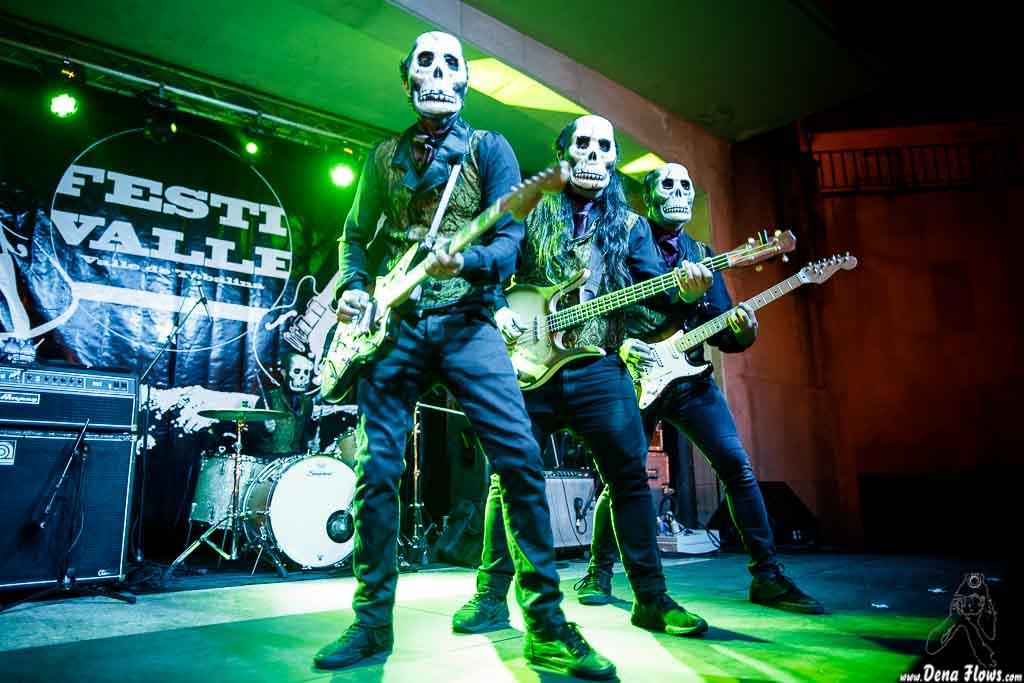 El Bravo -batería-, El Canibal -guitarra-, El Jíbaro -bajo- y El Dorado -guitarra- de Los Tiki Phantoms