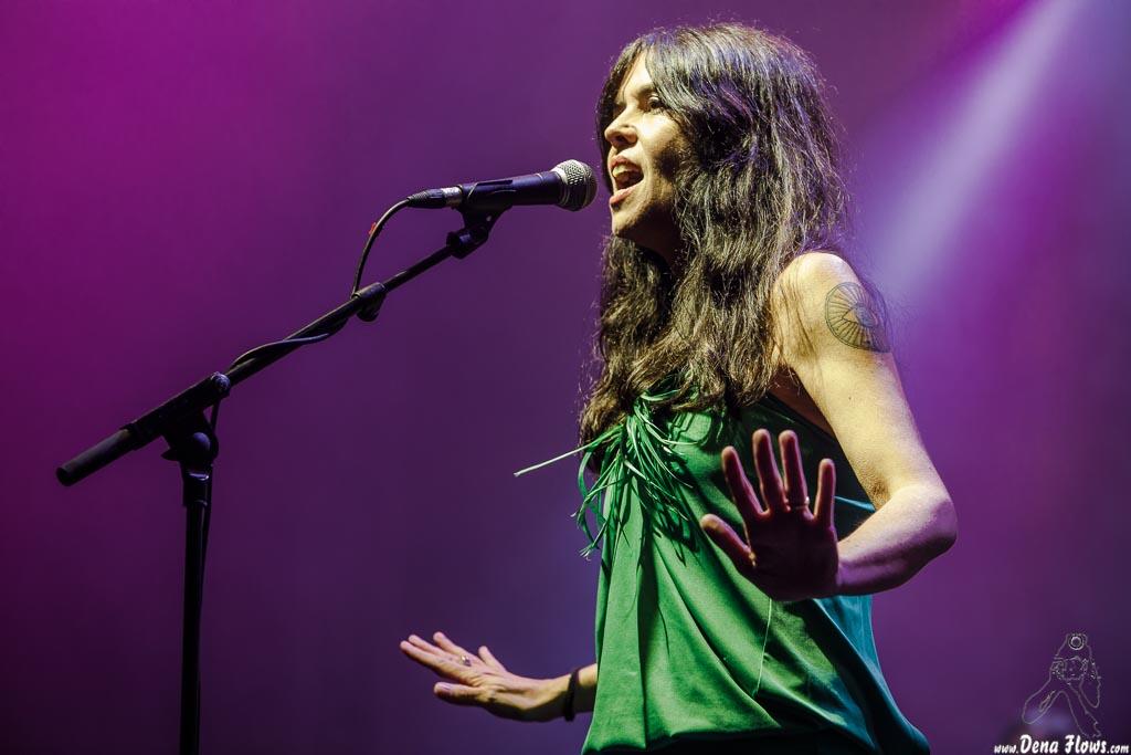 Sara Íñiguez, cantante, guitarrista y teclista de Rubia