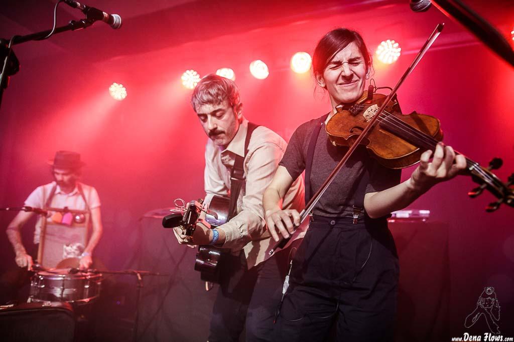 Patxi López Monasterio -batería y washboard-, David Sánchez Damián -voz y guitarra- y Nerea Alberdi Etxebarría -violín- de Lazybone Ramblers (Kafe Antzokia (Kutxa beltza), Bilbao, 14/IV/2017)