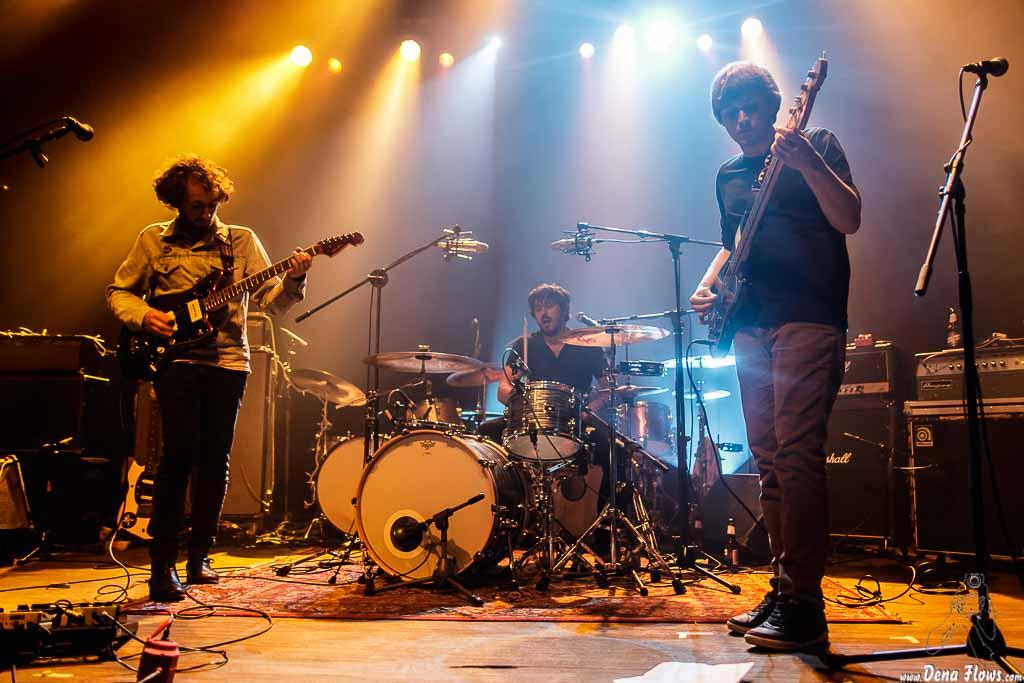 Mikel Toyos -guitarra y voz- y Charlie Hollocou -batería- y Nicolas Caumont -voz y bajo- de The Lookers (Kafe Antzokia, Bilbao, 2017)
