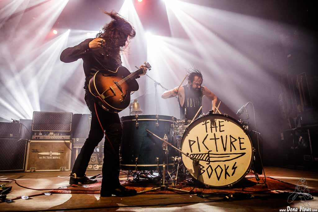 Fynn Claus Grabke -voz y guitarra- y Philipp Mirtschink -batería- de The Picturebooks (Kafe Antzokia, Bilbao, 9/IV/2017)