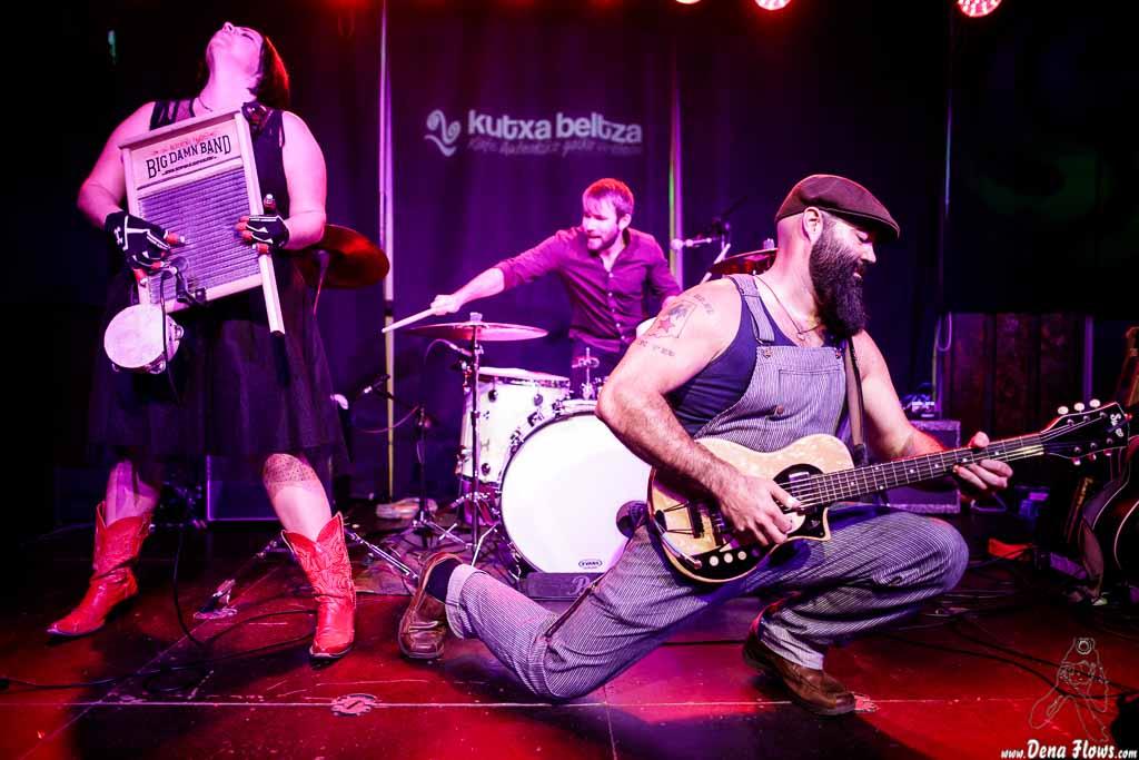 Breezy Peyton -washboard-, Max Senteney -batería- y Reverend J. Peyton -voz y guitarra- de The Reverend Peyton's Big Damn Band