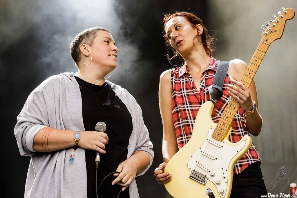Louise Sansom -voz- y Nuria Monés -guitarra- de Anímic, Bilbao BBK Live 2017, Kobetamendi, Bilbao, 7/VII/2017