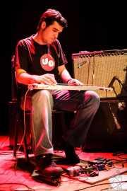 Pablo Jaén, guitarrista invitado (aquí con la lap steel guitar) de Manett, Bilborock, Bilbao. 2006