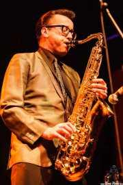 Kaiser George, cantante, guitarrista y saxofonista invitado de Los Straitjackets & Kaiser George & The Pontani Sisters, Kafe Antzokia, Bilbao. 2007