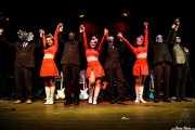 """Pete Curry -bajo-, Angie Pontani -bailarina-, Eddie Angel -guitarra-, Helen Pontani -bailarina-, Jason """"Teen Beat"""" Smay -batería-, Tara Pontani -bailarina-, Danny """"Daddy-O-Grande"""" Amis -guitarra- y Kaiser George -voz, guitarra y saxo invitado- de de Los Straitjackets & Kaiser George & The Pontani Sisters, Kafe Antzokia, Bilbao. 2007"""