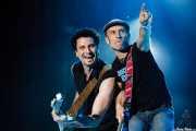 """Candy Caramelo -bajo- y Adolfo """"Fito"""" Cabrales -voz y guitarra- de Fito y Fitipaldis (Bilbao BBK Live, Bilbao, 2007)"""