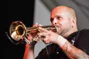 Óscar Ybarra, trompetista y percusionista de Los Coronas, Azkena Rock Festival, Vitoria-Gasteiz. 2007