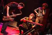 Rober! -voz, guitarra, teclado-, Joe González -saxo- y Cabezafuego -teclado- de Atom Rhumba (Kafe Antzokia, Bilbao, 2007)