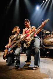 Chicas del público sobre el escenario con los intrumentos de The Fleshtones (, , 2008)
