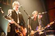 Dave King -voz y guitarra, Bob Schmidt -mandolina y banjo- y Dennis Casey -guitarrista- de Flogging Molly (Bilborock, Bilbao, 2008)