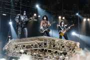 Gene Simmons (The Demon) -bajista-, Paul Stanley (The Starchild) -guitarrista y cantante- y Tommy Thayer (The Spaceman) -guitarrista- de Kiss, Kobetasonic. 2008