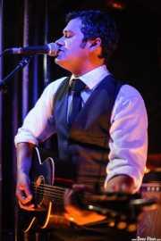 Mark Sasso, guitarrista, mandolinista, armonicista, banjista de Elliott Brood, El Balcón de la Lola, 2008