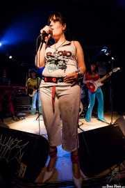 Gerarda -guitarra-, Pili -voz- y María Manoli -bajo- de Las Jennys de Arroyoculebro (Sala Azkena, Bilbao, 2008)