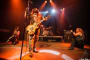 Karen Cuda -bajo-, Blaine Cartwright -voz y guitarra-, Jeremy Thompson -batería- y Ruyter Suys -guitarra- de Nashville Pussy (Kafe Antzokia, Bilbao, 2009)
