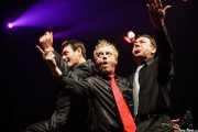 Chris Coyne -bajo-, Peter Coyne -voz- y Grant Nicholas -batería- de The Godfathers (Kafe Antzokia, Bilbao)