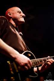 Jorge Martínez, cantante y guitarrista de Ilegales (Kafe Antzokia, Bilbao, 2010)