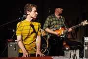 """Steve """"Sammy"""" Rager -teclado y guitarra- y Deke Dickerson -guitarra y voz- de Untamed Youth, Hotel Casa Fuster, Barcelona. 2010"""