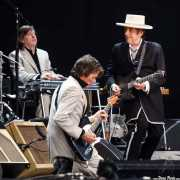 Bob Dylan, cantante, guitarrista y armonicista, Charlie Sexton, guitarrista y Donnie Herron, pedal steel guitar (26/06/2010)