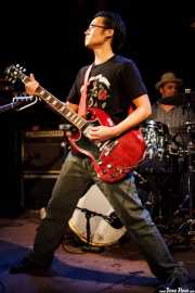 Guitarrista y Mike Musburger -batería- de The Fastbacks Tribute Variety Show (Tractor Tavern, Seattle, 2010)