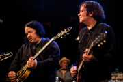 Jon Auer -guitarra-, Mike Musburger -batería- y Kurt Bloch -guitarra- de The Fastbacks Tribute Variety Show (Tractor Tavern, Seattle, 2010)