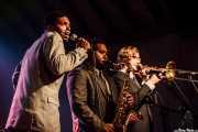 JC Brooks, cantante de JC Brooks and The Uptown Sound con la sección de vientos, , 2010