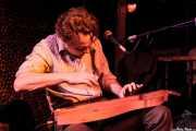 Mark Olson, cantante y guitarrista, aquí tocando el dulcémele, Cotton Club, Bilbao. 2011