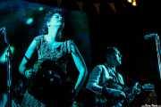 Régine Chassagne, -voz, batería, acordeón y hurdy gurdy- y Win Butler -voz, guitarra, piano y mandolina- de Arcade Fire (Explanada del museo Guggenheim, Bilbao, 2011)