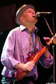 Ben Taylor, bajista de JC Brooks and The Uptown Sound, Kafe Antzokia, 2011