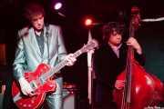 Travis Good -voz, guitarra y violín- y Sean Dean -contrabajo- de The Sadies (Sala Azkena, Bilbao, 2012)
