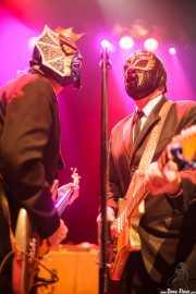 Pete Curry -bajo- y Eddie Angel -guitarra- de Los Straitjackets & Big Sandy & The Pontani Sisters, Kafe Antzokia, Bilbao. 2012